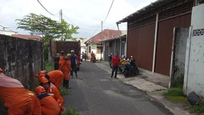 Antisipasi Banjir, Petugas Kebersihan Berikan Penanganan Khusus untuk Kampung Amau