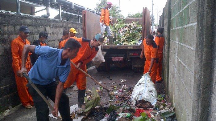 Banyak Pamper Bekas Dalam Tumpukan Sampah di Gang Ini