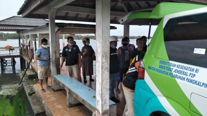 Petugas KSOP Kelas IV Tanjungpandan dan KKP Tanjungpandan membantu evakuasi kru tongkang meninggal dunia, Sabtu (37/3/2021). (Ist/dok KSOP Kelas IV Tanjungpandan)