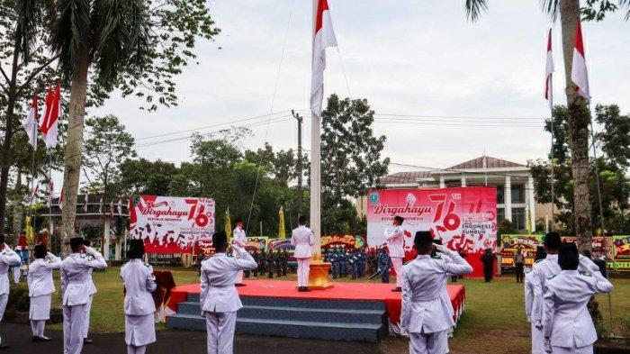 PASKIBRA yang bertugas pada upacara HUT ke 75 Kemerdekaan RI menurunkan bendera merah putih. (Pos Belitung/Dede Suhendar)