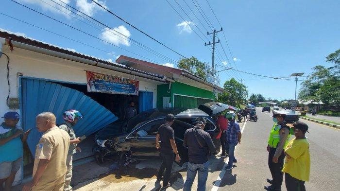 BREAKING NEWS: Sebuah Mobil Menabrak Toko Gorden di Manggar, Sopir Tidak Ada di Tempat