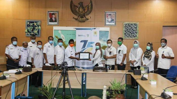Tidak Ada Tunggakan Pembayaran Lisrik , Pemkab Belitung Terima Penghargaan dari PLN