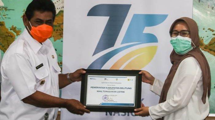 Manager PLN UP3 Belitung Luky Artanti memberikan penghargaan kepada Bupati Belitung H Sahani Saleh (Sanem), rabu (21/10) di ruang rapat Bupati Belitung.