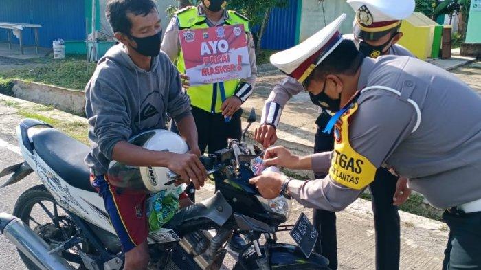 Selama OZM 2020, Satlantas Polres Beltim Tempel 530 Stiker Ayo Pakai Masker di Kendaraan Warga
