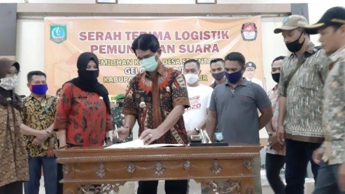 Bupati Belitung Timur Serahkan Logistik Pemungutan Suara kepada Panitia Pilkades