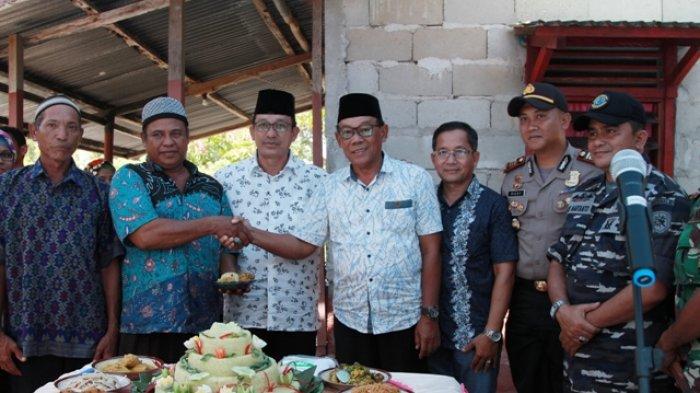Wakil Bupati Belitung Timur Buka Selamat Laut, Ritual Adat di Pantai Gusong Cine - potong-tumpeng-pada-acara-selamat-laut-di-pesisir-pantai-gusong-cine-dusun-lidun_20180409_102514.jpg