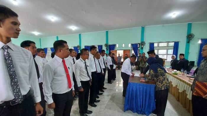 Lantik Anggota PPK, Ketua KPU Belitung Timur Ingatkan Jangan Melenceng