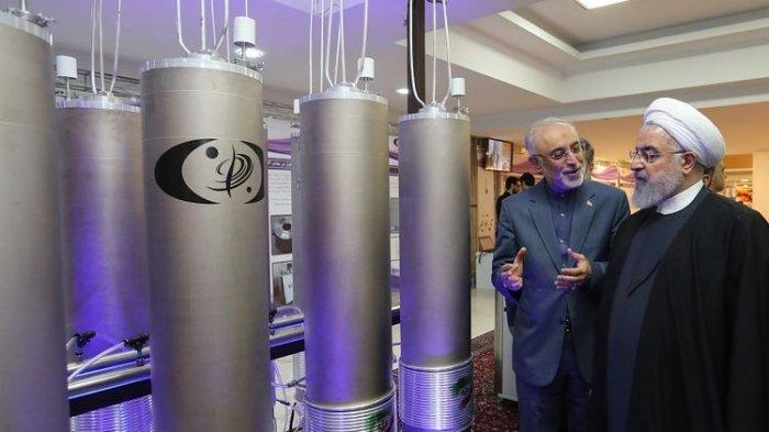 Foto yang dirilis pada 9 April 2019 oleh kantor kepresidenan Iran, menampilkan Presiden Iran Hassan Rouhani (kanan) saat mengunjungi fasilitas teknologi nuklir Iran di Teheran.