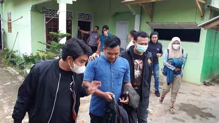 Nugroho saat diamankan di kediamannya di Way Kanan Lampung oleh Tim Gabungan dari Buser Polres Bangka, Unit PPA Sat Reskrim Polres Bangka, Kamis (25/2/2021).