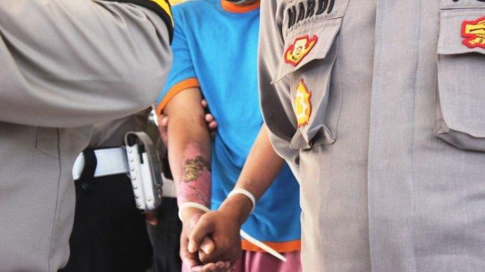 Seorang pria berinisial DB (32) ditangkap aparat kepolisian Polres Cianjur karena membakar kekasihnya ID hingga tewas. Selasa (11/5/2021).