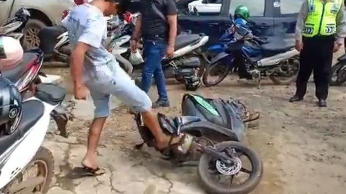 Terjadi Lagi, Pengendara Honda BeAT Mengamuk Rusak Motor di Depan Polisi