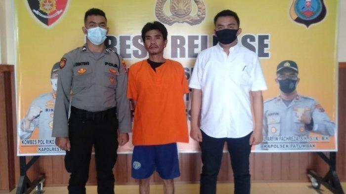 Carlos Romulo Hutasoit (37) warga Jalan Gersang Gudang Putra Simas, Kecamatan Medan Amplas ditahan di Polsek Patumbak, Senin (23/10/2020). Ia nekat menganiayaan selingkuhannya karena ditp;al saat ajak tidur di sampingnya.