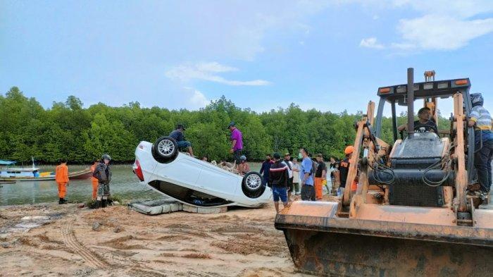 Diduga Lupa Tarik Rem Tangan, Mobil Warga Selinsing Nyemplung ke Sungai Manggar