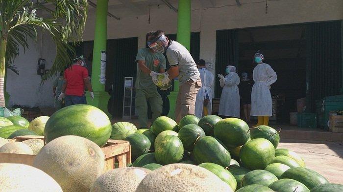 Dua Pegawai Toko Positif Corona, Ratusan Kilogram Buah Semangka Dibagikan ke Masyarakat