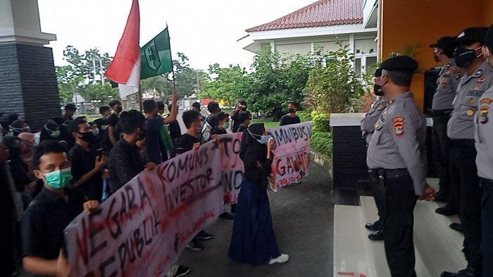 Mahasiswa Demo di Gedung DPRD Belitung Tapi Tak Ada Anggota Dewan, Ansori: Saya Datang Sudah Bubar