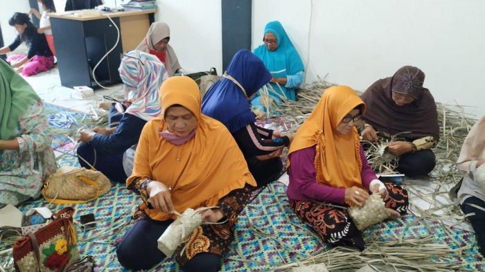 LKP Mahesa Adakan Pelatihan Pembuatan Roti dan Anyaman Lais - puluhan-perempuan-diajari-bikin-roti-dan-anyaman-lais-1.jpg