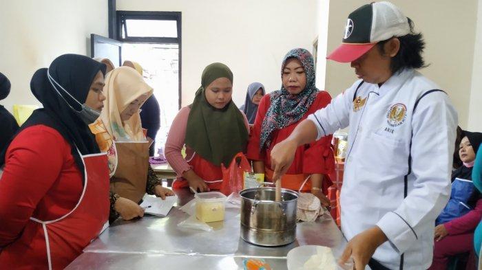 LKP Mahesa Adakan Pelatihan Pembuatan Roti dan Anyaman Lais - puluhan-perempuan-diajari-bikin-roti-dan-anyaman-lais.jpg
