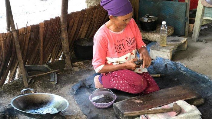 Rahina, Jumat (26/3/2021) ketika memproduksi emping baguk di kediaman beralamat di Desa Pulau Seliu, Kecamatan Membalong