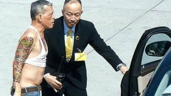 GAYA NYENTRIK Aneh Raja Thailand, Hobi Kenakan Tank Top Pendek Pusar Kelihatan Celana Jins Kedodoran