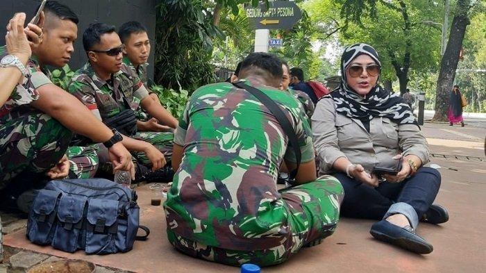 Emak-emak Asal Bogor Ini Malah Nyari Mantu Anggota TNI yang Jaga Sidang Sengketa Pilpres di MK