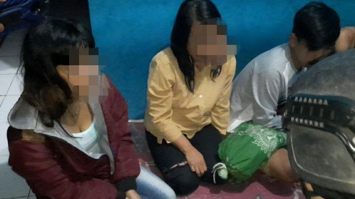 Dua remaja perempuan ikut terciduk dalam penggerebekan ajang diduga pesta miras di kamar kos Jalan Letjen Mashudi, Tasikmalaya, Jawa Barat, Minggu (21/2/2021).
