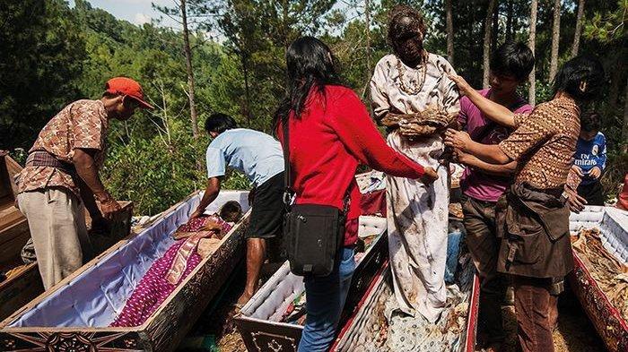 Ma'Nene Toraja, Ritual Membersihkan dan Menggangi Pakaian Mayat Berusia Ratusan Tahun