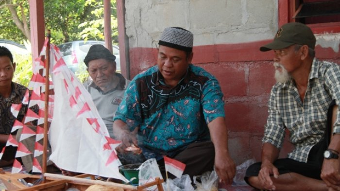 Wakil Bupati Belitung Timur Buka Selamat Laut, Ritual Adat di Pantai Gusong Cine - ritual-selamat-laut-oleh-dukun-kampung-desa-batu-penyu_20180409_102855.jpg