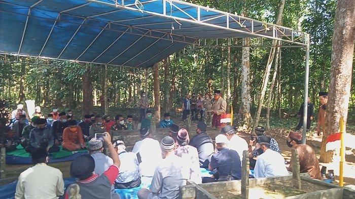 Rombongan Keluarga dan Pejabat Belitung Ziarah ke Makam KA Rahat, Tokoh Pendiri Kota Tanjungpandan