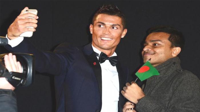 Cristiano Ronaldo Peluk Penggemar yang Menangis
