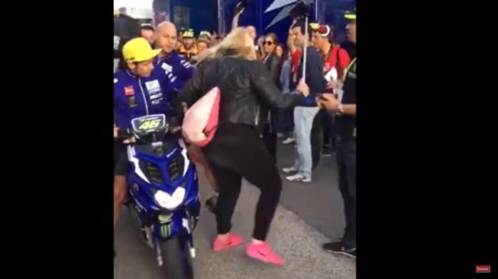 VIDEO: Insiden Rossi Tabrak Fans Marquez di GP Valencia Berbuntut Panjang