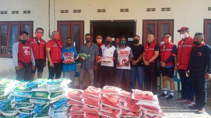 Jelang Ramadan, Rudianto Tjen Bagi Beras ke Empat Desa di Belitung Timur