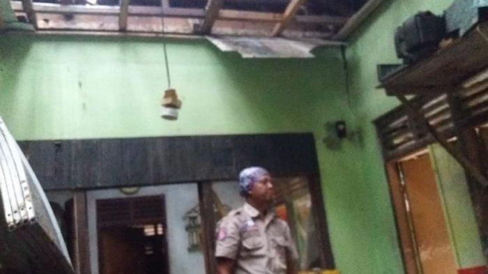 Rumah Mak Karsih (70) di Kampung Cikangkareng Rt 02 RW 13 Dusun Sindangjaya Desa Cisontrol Rancah Ciamis porak poranda disambar petir Rabu (5/1)