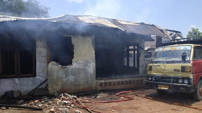 BPBD Belitung Timur Dua Jam Padamkan Api, Dugaan Konsleting Listrik, Kerugian Lebih 100 Juta - rumah-terbakar3.jpg