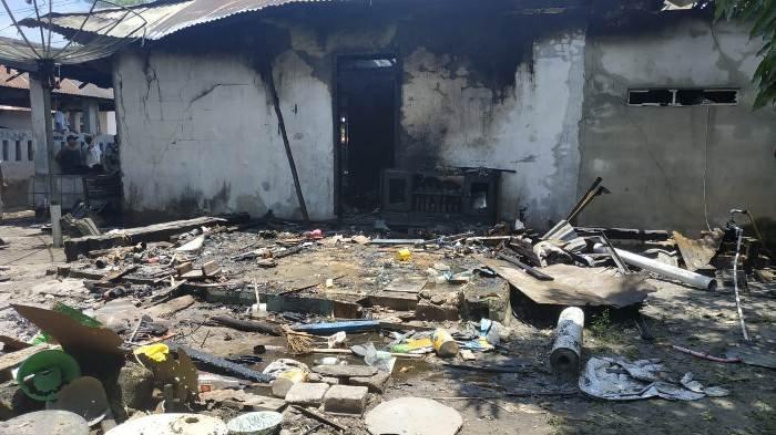 BPBD Belitung Timur Dua Jam Padamkan Api, Dugaan Konsleting Listrik, Kerugian Lebih 100 Juta - rumah-terbakar4.jpg