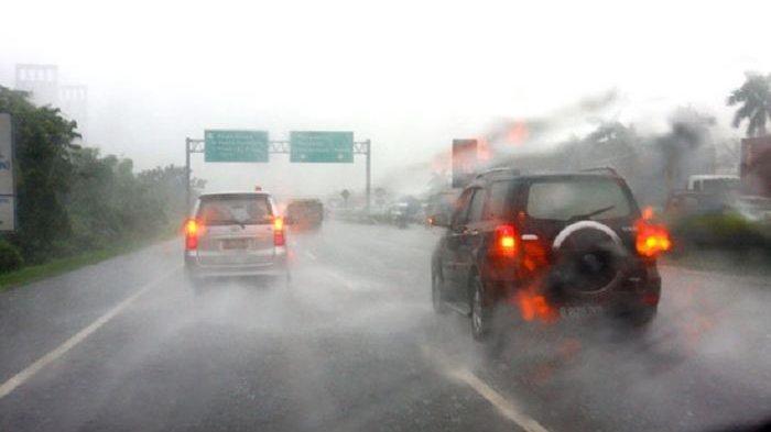 Awas! Bisa Kehilangan Kendali Mengemudi Saat Kondisi Hujan