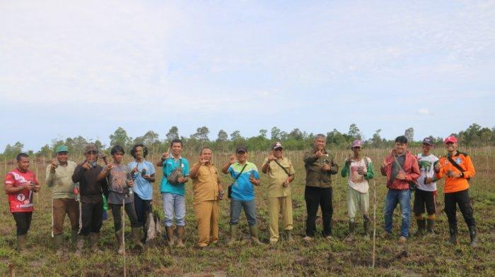 KPHP Gunung Duren Bersama Warga Desa Batu Penyu Tanam 11 Ribu Bibit Pohon