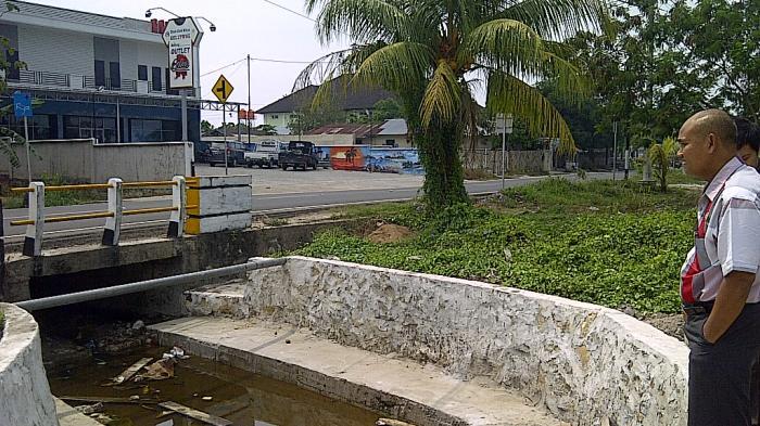 Pelaksana Proyek Saluran Air Abaikan Telepon Dinas