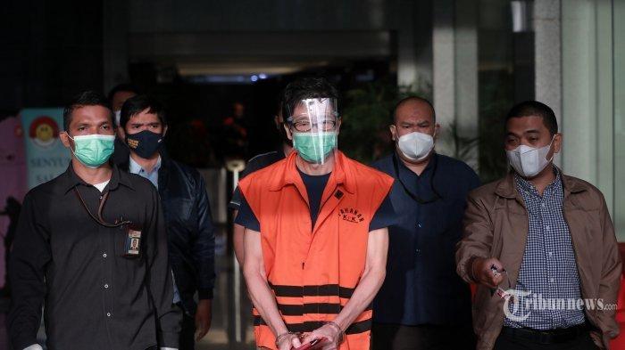 Tersangka pemilik PT Borneo Lumbung Energi dan Metal, Samin Tan berjalan usai menjalani pemeriksaan di Gedung Merah Putih KPK, Jakarta Selatan, Selasa (6/4/2021). KPK resmi menahan Samin Tan yang diduga memberi suap Rp 5 miliar kepada mantan Wakil Ketua Komisi VII DPR RI, Eni Maulani Saragih untuk kepentingan proses pengurusan terminasi kontrak perjanjian karya pengusahaan pertambangan batu bara (PKP2B) PT Asmin Koalindo Tuhup (AKT) di Kalimantan Tengah.