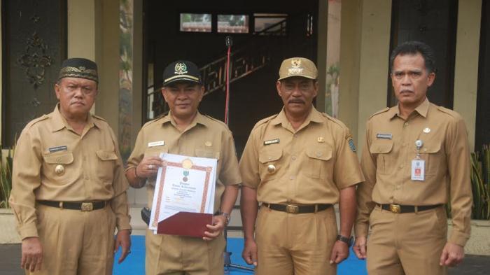 Sanem Erwandi dan Karyadi Foto Bareng, Belitung Terima Penghargaan dari Presiden