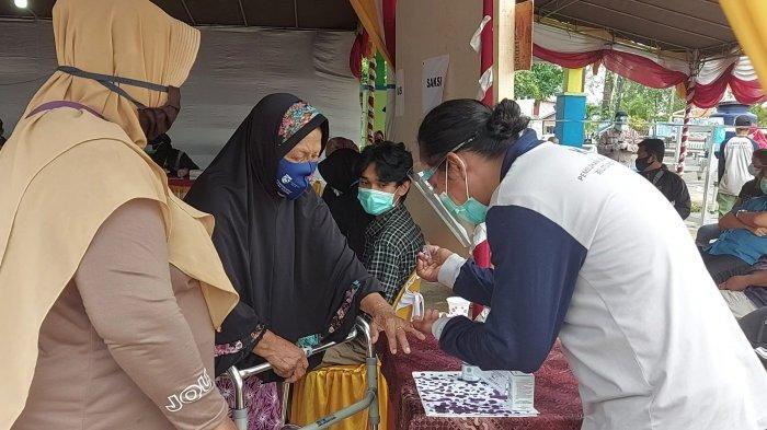 Nenek 81 Tahun Tertatih-tatih Menuju TPS4, Tetap Semangat Nyoblos di Pilkada Belitung Timur 2020