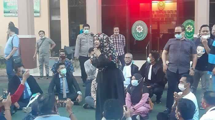 Amel Bercucuran Air Mata Divonis Bebas, Hakim: Kalimat yang Dilontarkan Tidak Mengandung Fitnah