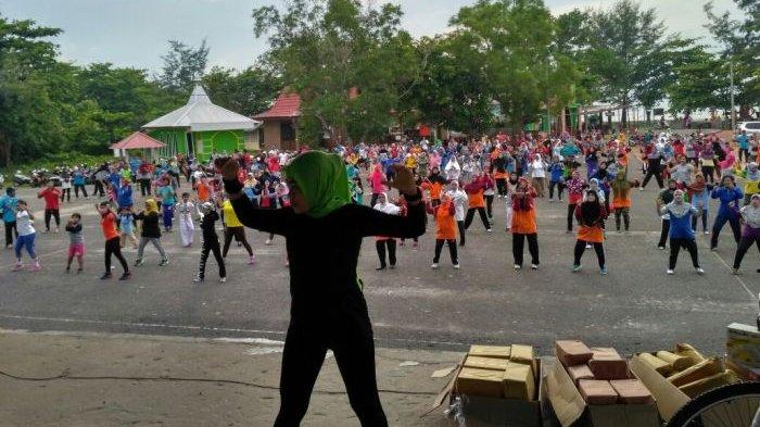 Ratusan Warga Beltim Ikut Pecahkan Rekor MURI HKN 2017 di Pantai Nyiur Melambai