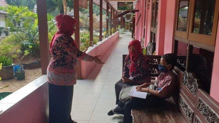 Orang Tua Tak Mampu Beli Handphone,Dimas Belajar di Sekolah Sendirian Demi Tak Ketinggalan Pelajaran