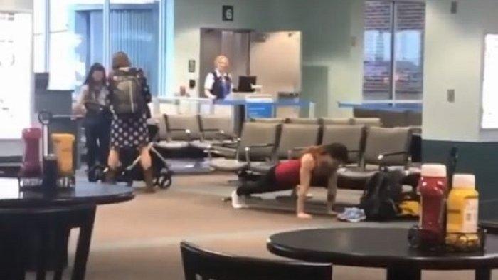 Aksinya Viral di Medsos, Seorang Penumpang Wanita Lakukan Gerakan Push-up di Bandara, Ini Videonya