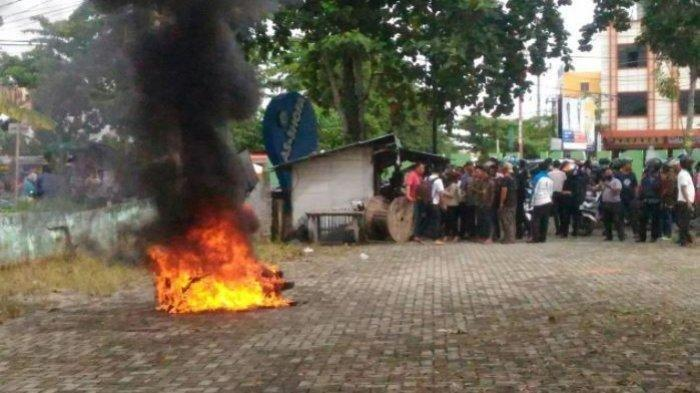 Pemuda Bakar Motor Pacar, Kesal Cintanya Diputusin, Apes Api Sambar Mobil Tetangga