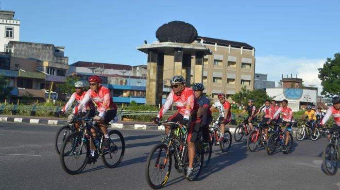 PESERTA fun bike saat melintas di kawasan bundaran satam Kota Tanjungpandan.