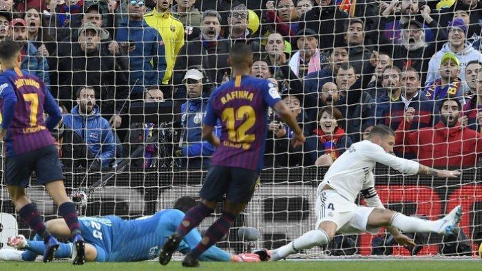 Meski Klubnya Rival Berat, Lihat Gestur Tubuh Gerard Pique Lindungi Sergio Ramos dari Fan Barcelona