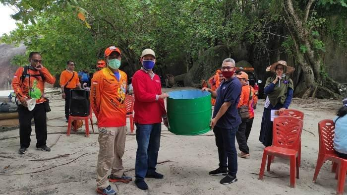 Simbolis penyerahan tong sampah dari PT PJB PLTU Belitung kepada Pemerintah Desa Tanjung Tinggi.