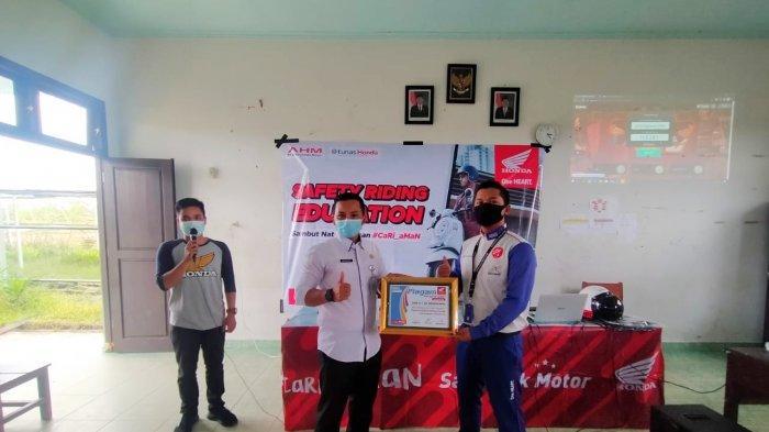 "Team Safety Riding Honda Asia Surya Perkasa Main Dealer Bangka Belitung kembali menggelar Safety Riding Education bertemakan ""Sambut Natal dengan #Cari_Aman"" di SMK N 1 Sp. Renggiang, Rabu (16/12/2020)"