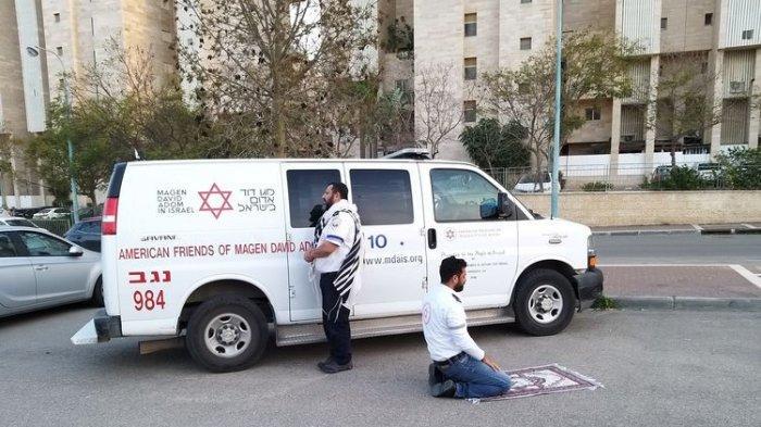 Ketika Staf Medis Islam dan Yahudi Ibadah Bersama Hadap Kiblat Berlawanan, Foto dan Kisahnya Viral